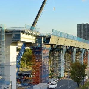 高架の建設物は特殊な方法で足場を組み、橋を掛ける。まさに芸術の域である。