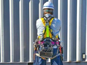男の背中と工具がより鳶職人らしさを増幅させるのだ